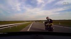 这是何苦呢 摩托车友高速挑衅遭顶飞