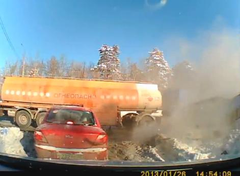 行车仪拍摄 雪地超车逆行油罐车连环相撞超惨