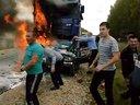 发生车祸熊熊大火把人烧死,大家却无能为力